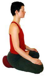 асана полулотос на подушке для медитации